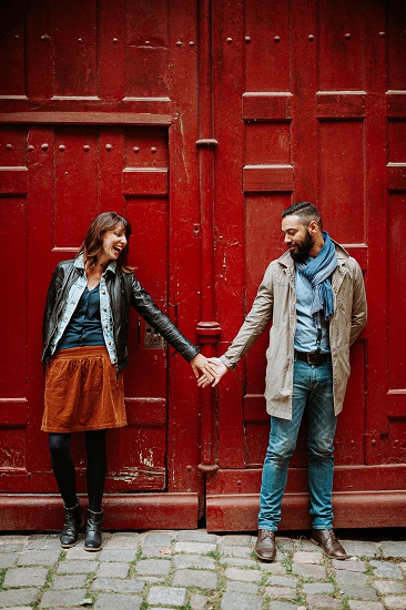 Photographe couple Rennes devant porte rouge