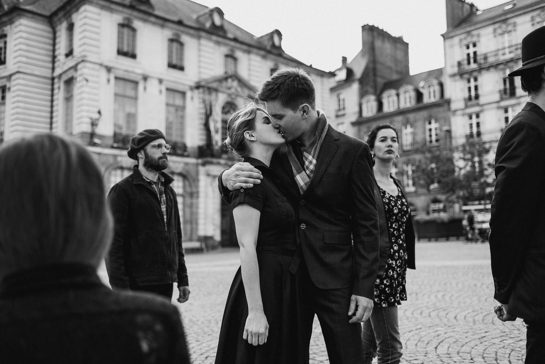 julien-saura-rennes-portrait-couple-engagement-baiser-doisneau